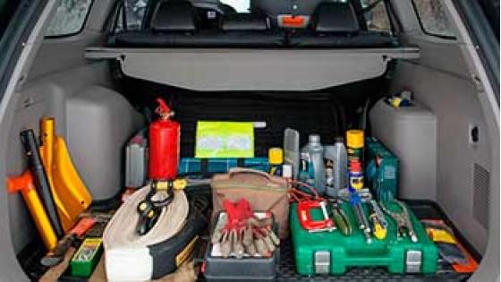 Необходимые инструменты в багажнике автомобиля